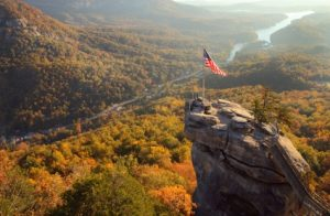 Der Chimney Rock, eine Wegmarke auf dem Mountains-to-Sea-Trail in North Carolina (c) Visit NC