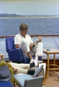 JFK an Bord der Honey Fitz vor Hyannisport (c) Cecil Stoughton, White House Photographs, John F. Kennedy Presidential Library and Museum