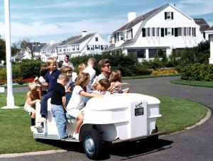 JFK mit Nichten und Neffen in Hyannisport (c) Robert Knudsen, White House Photographs, John F. Kennedy Presidential Library and Museum.jpg